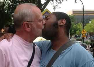 homos_kiss_in